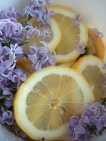 Sinisyreenimehu, vähän erikoisempi kukkaismehu. kauniin vaaleanpunaisen värinen aromaattinen syreeninkukkamehu.
