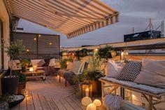 Terrazzo con tenda da sole a righe