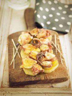 Il polpo alla gallega è una ricetta della cucina spagnola, il polpo e le patate vengono lessate e condite con abbondante paprika e olio d'oliva.