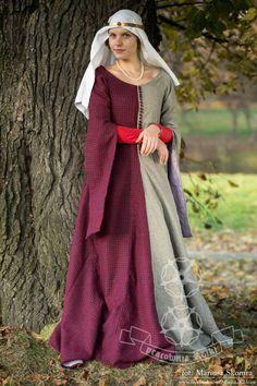 Suknia wierzchnia wełniana z podszewką lnianą, wzorowana na manuskryptach Christine de Pisan. Zapinana na guziki tekstylne. Szyta z czterech paneli, klinowana od pasa. --- PRACOWNIA ROTKI