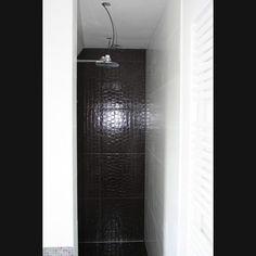Inloopdouche met hoofddouche, de badkamer is betegeld met Sicis glasmozaiek en Rex Croco. Badkamer ideeën / Bathroom-ideas