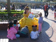 25 Times Disney Face Characters Were Completely Adorable. Belle reading to a group of kids!! I love DISNEY!!
