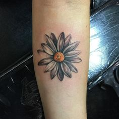 Pretty daisy #flowertattoo #tattoo #forearmtattoo #daisy #daisytattoo #girltattoo #girlytattoo #girlswithtattoos #flower #flowers