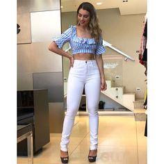 La imagen puede contener: 1 persona, de pie, calzado e interior White Jeans, Instagram, Interior, Pants, Tops, Dresses, Fashion, Girls, High Waist