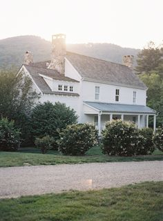 The farmhouse exterior design completely reflects the whole style of the home and thefamily heritage too. The modern farmhouse style is not just for interiors. White Farmhouse, Modern Farmhouse, Farmhouse Style, White Cottage, Farm Cottage, Style At Home, Interior Exterior, Exterior Design, Modern Interior