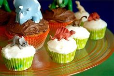 Dino cakes. Nodig: Cupcake mix + ingr., Decoraties, Plastic speelgoed dino's, Cupcake vormpjes. Werkwijze: Bereid en bak de cakes volgens de verpakking in de cupcake vormpjes en laat ze afkoelen. Was en droog de plastic dino's goed af. Besmeer de cakes met icing/glazuur en zet hier de dino's bovenop, en decoreer de cakes verder. En klaar zijn je dino cakes.
