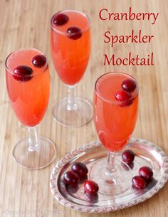 Cranberry Sparkler Mocktail (or use sparkling wine for a cocktail!) | cupcakesandkalechips.com | #drink #cranberries