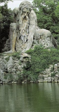 Colosso dell'Appennino in the Parco Mediceo di Pratolin near Florence, Italy • sculptor: Giambologna (1580) 目の当たりにしたら、きっと動けないくらいの迫力なんでしょうね。