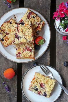 Schmand Streuselkuchen mit Sommerobst - Charlottas Küchentisch French Toast, Breakfast, Food, Sheet Cakes, Bakken, Strawberries, Fruit, Food Food, Recipies