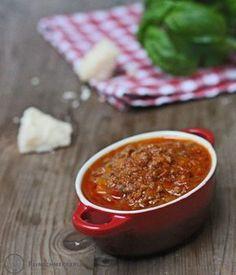Ich liebe Spaghetti Bolognese. So richtig lange gekocht, mit ordentlich Staudensellerie, Karotten und Rotwein. Davon koche ich regelmäßig einen großen Topf, so dass ich mich auch nach stressigen Ar…