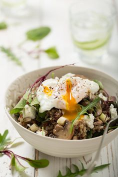 Quinoa and Poached Egg Salad. Quinoa and Poached Egg Salad. Egg Recipes, Whole Food Recipes, Salad Recipes, Omelettes, Clean Eating, Healthy Eating, Brunch, Vegetarian Recipes, Healthy Recipes