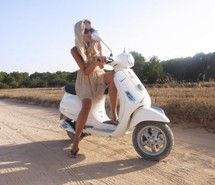 Resultado de imagen de fashion chicks riding vespas
