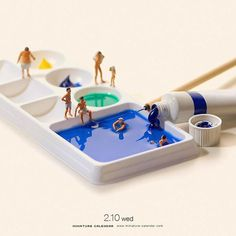 Bigger doesn't always mean better, as Japanese artist Tatsuya Tanaka proves with these tiny dioramas that he makes for his ongoing Miniature Calendar project. Macro Fotografie, Miniature Calendar, Big Baths, Miniature Photography, Lego Photography, Tiny World, Mini Things, People Art, Japanese Artists