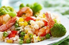 Arroz com legumes e camarão
