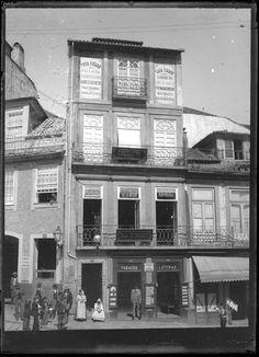Casa Fígaro e tabacaria Trindade na Praça da Batalha, em 1900. www.webook.pt #webookporto #porto #vintage