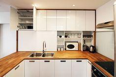 Kuchyň je také o kontrastu materiálů. Bílá barva ve vysokém lesku evokuje čistotu a moderní technologie.