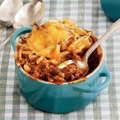 Cheesy Chili Hash Brown Bake Recipe This casserole features convenient frozen hash brown potatoes, a can of Sloppy Joe sauce and can of chili. The mixture is baked either in ramekins for individual casseroles or in a 13 x baking dish Baked Hashbrown Recipes, Beef Casserole Recipes, Chili Recipes, Chili Casserole, Casserole Dishes, Soup Recipes, Bratwurst Recipes, Recipies, Hamburger Recipes