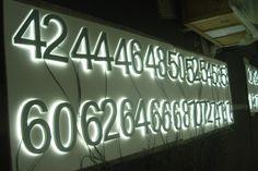 Skilte, med og uden lys, metalbogstaver, pyloner, autoreklame, diodeskilte, corona lys, og fiberlys, der også kaldes backlit, eller endglow lys, med farveskift.