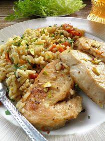 Lekko, pysznie i jednogarnkowo - danie idealne :) Dziś na obiad zrobiłam polędwiczki z indyka, duszone razem z ryżem, warzywami i orzecham...