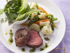 Rinderlende mit Gemüse und grünem Dip ist ein Rezept mit frischen Zutaten aus der Kategorie Rind. Probieren Sie dieses und weitere Rezepte von EAT SMARTER!