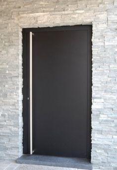 Simpel maar heel snel strak  Voordeur met een aluminium handvat. Zeker weten dat u nooit meer mis grijpt!