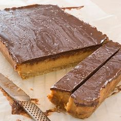 Peanut Butter and Caramel Slice with Salted Chocolate Salted Chocolate, I Foods, Cookie Recipes, Smoothies, Peanut Butter, Caramel, Sweets, Cookies, Baking