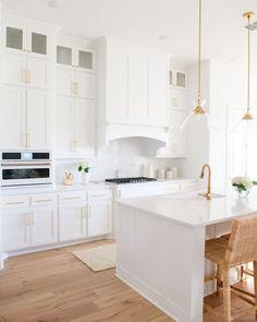White Cabinets White Countertops, Backsplash Kitchen White Cabinets, White Marble Kitchen, Marble Kitchen Ideas, Blue Backsplash, Marble Countertops, Kitchen Interior, Kitchen Design, Kitchen Decor