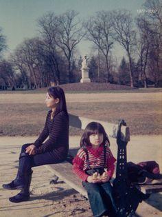 la photographe chino otsuka s'incruste adulte dans une photographie d'elle datant de 1977