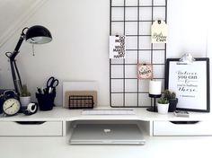 Minimalist black and white work area. IKEA Alex Schreibtisch Inspiratio… Minimalist black and white work area. White Office Decor, Diy Office Desk, Workspace Desk, Home Office, Desk Space, Office Ideas, Ikea Office, Desk Setup, Bureau Alex Ikea