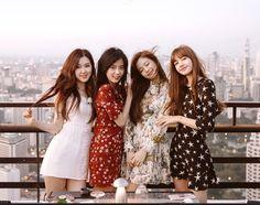 5 Variety Show Blackpink Ini Wajib Ditonton! Kpop Girl Groups, Korean Girl Groups, Kpop Girls, Blackpink Wallpaper, Black Wallpaper, Kim Jennie, Yg Entertainment, Black Pink Kpop, Blackpink Photos