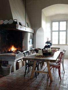 Grosse, rustikale Tische bringen nicht nur viel Gemütlichkeit nach Hause sondern strahlen auch Beständigkeit und Wärme aus.