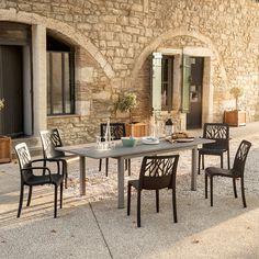 Grosfillex - Une jolie table de jardin entourée de 6 chaises est placée dans la cour d'une Bastide provençale Table Teck, Table Extensible, Piece A Vivre, Outdoor Furniture Sets, Outdoor Decor, Aluminium, Pvc, Diners, Ainsi