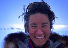 ANN BANCROFT,En 1986, se convirtió en la primera mujer en cruzar  el Polo Norte, viajando 1,000 millas desde Canadá por trineo de perros.  De 1992 a 1993, dirigió un equipo puras mujeres hasta el Polo Sur, convirtiéndose en la primera mujer en cruzar el hielo en ambos polos.