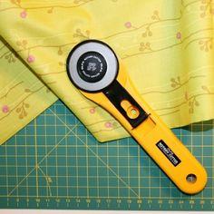 Como cortar la tela correctamente Singer, Color, Security Systems, Scissors, Sewing Projects, Yellow, Tutorials, Blade, Colour