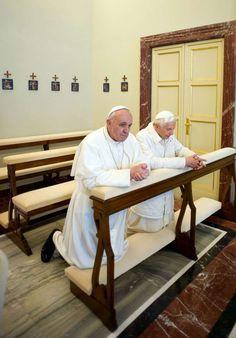 23 mars 2013 : rencontre historique! Un passage de témoin sans précédent dans l'histoire : le Pape François a rencontré Benoît XVI à Castel Gandolfo. Moment de prière ensemble...