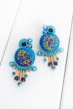Soutache earrings swarovski earrings beaded by ByMimmiShop on Etsy Soutache Jewelry, Seed Bead Jewelry, Beaded Jewelry, Diy Earrings, Earrings Handmade, Handmade Jewelry, Shibori, Earring Tutorial, Beaded Embroidery