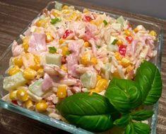 Sałatka z wędzonym kurczakiem i makaronem ryżowym Prosta i bardzo smaczna sałatka z wędzonym kurczakiem, makaronem w kształcie ryżu i sosem czosnkowym. Dość szybka i łatwa w przygotowaniu, więc spokojnie można ją zrobić zarówno na zwykłą codzienną kolacje jak i na spotkanie z przyjaciółmi czy większą imprezę. Polecam! Składniki: 1 wędzona ćwiartka z kurczaka (lub … Healthy Food Blogs, Healthy Recipes, Pasta Salad, Cobb Salad, Polish Recipes, Cooking Classes, Potato Salad, Food And Drink, Cooking Recipes