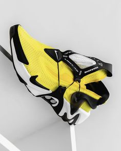 Opti-Yellow has power lacing system and also LED lights in the sole unit are inspired by Nike MAG. Pump Sneakers, Kicks Shoes, Sneakers Nike, Yellow Sneakers, Futuristic Shoes, Sneakers Sketch, Nike Mag, Nike Shoes Huarache, Nike Shoes Air Force