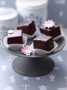 Unser beliebtes Rezept für Baumkuchen-Petits-Fours und mehr als 55.000 weitere kostenlose Rezepte auf LECKER.de.