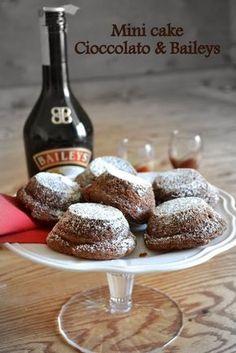 Mini cake albumi e Baileys Ingredienti ( 24 mini cake ) 160 g. Italian Desserts, Mini Desserts, Chocolate Desserts, Torte Cake, Cake & Co, Lava Cakes, Little Cakes, Mini Foods, Mini Cakes