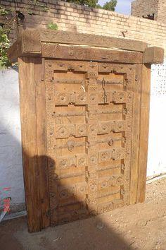 Puerta antigua de madera grabada . Old engraved wooden door. 2.30 M. PVP 1400 € — en India