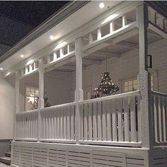 Andra julen jag bodde i huset gjorde jag och min pappa denna fina ljuskrona som hängde över matbordet ute på den Amerikanska verandan. Nu är jag allt sugen på jul! Om en månad smäller det! House Deck, House With Porch, Decks And Porches, Inspired Homes, Porch Decorating, Old Houses, Front Porch, Beautiful Homes, Outdoor Living