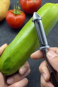 Cool Gadgets To Buy, Cool Kitchen Gadgets, Kitchen Hacks, Cool Kitchens, Kitchen Tools, Amazing Life Hacks, Useful Life Hacks, Making Zucchini Noodles, Vegetable Slicer