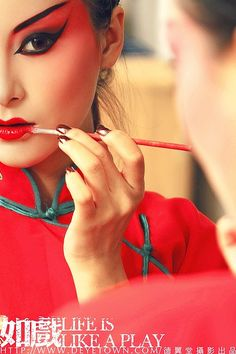 Sintiendo, que no es poco — yansanniang: more Peking opera stuff Chinese Makeup, Japanese Makeup, Geisha Makeup, Fx Makeup, Makeup Tips, Asian Make Up, Eye Make Up, Chinese Opera, Theatrical Makeup