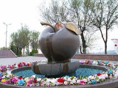 Vacanta esoterica: Almaty, Kazahstan - Introducere în Asia Centrală Wise Monkeys, Kazakhstan, Beatles, Fountain, Garden Sculpture, Places To Visit, Apple, Outdoor Decor, Monuments