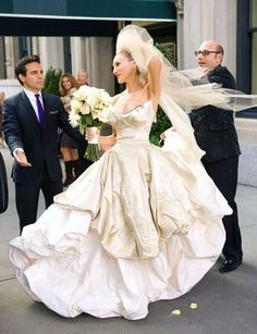 Sex and the City / Carrie Bradshaw (Sarah Jessica Parker) stuns in Vivienne Westwood wedding gown Carrie Bradshaw Wedding Dress, Vivienne Westwood Wedding Dress, Sarah Jessica Parker, Carrie Bradshaw Estilo, Chanel Wedding Dress, Wedding Fotos, Different Wedding Dresses, Fashion Vestidos, Boho Vintage