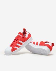 Der Adidas Superstar bekommt ein neues, wollenes Gewand: Ganz in feuerrotem Primeknit sind wir hin und weg, der Klassiker hat sich neu erfunden.