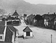 Klosteret med gamle Corps de Garde (1870-tallet, før tårnet ble bygget). Til høyre, med lykt over, inngangen til Hotel Scandinavie. Foto (utsnitt): Knud Knudsen - UBB Billedsamlingen.