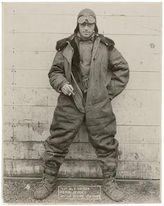 William « Wild Bill » Hopson, un pilote du service postal aérien américain pose sur cette photo avec sa combinaison d'hiver.  Après un début de carrière comme taxi à New York Hopson entre au service de la poste US en avril 1920 jusqu'en 1925 quand le service est privatisé, pendant ces 5 ans il parcourt 664 713 km en 4000 heures de vol.  Il est ensuite engagé par une compagnie pour transporter le courrier entre New York et Chicago. Il meurt en 1928 au cours d'un vol sur cette ligne.