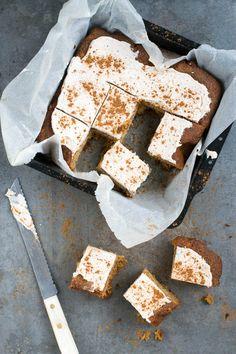 Kruidige pompoencake met mascarponecreme, speculaaskruiden en amandelen. Een topper voor de herst/winter deze pompoencake. Sweet Recipes, Cake Recipes, Healthy Baking, Healthy Recipes, A Food, Recipies, Sweets, Cheese, Snacks